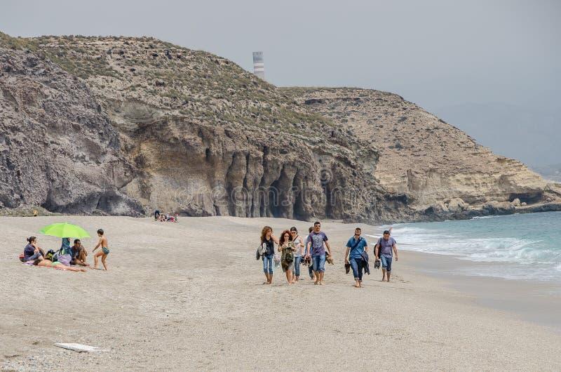 O grupo de jovens anda ao longo da costa do mar Mediterrâneo imagens de stock royalty free