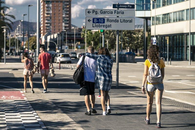O grupo de jovens está andando ao longo da rua imagem de stock royalty free