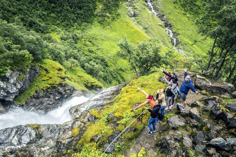 O grupo de jovens está viajando em torno da Noruega fotografia de stock royalty free