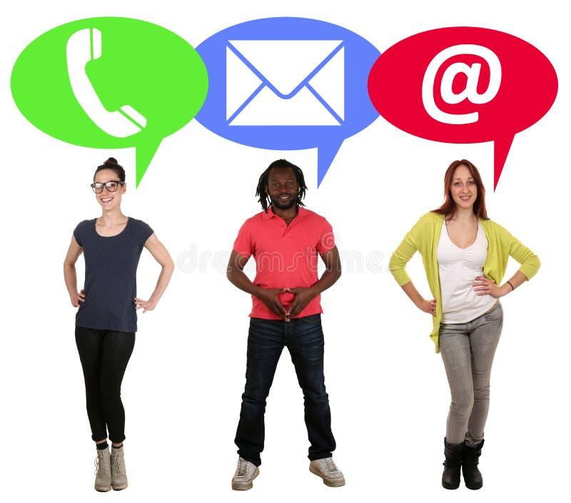 O grupo de jovens que escolhem uma comunicação telefona, correio ou fotos de stock