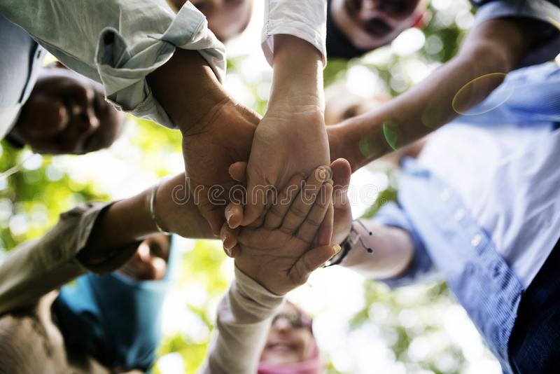 O grupo de juventude diversa com trabalhos de equipa juntou-se às mãos fotografia de stock