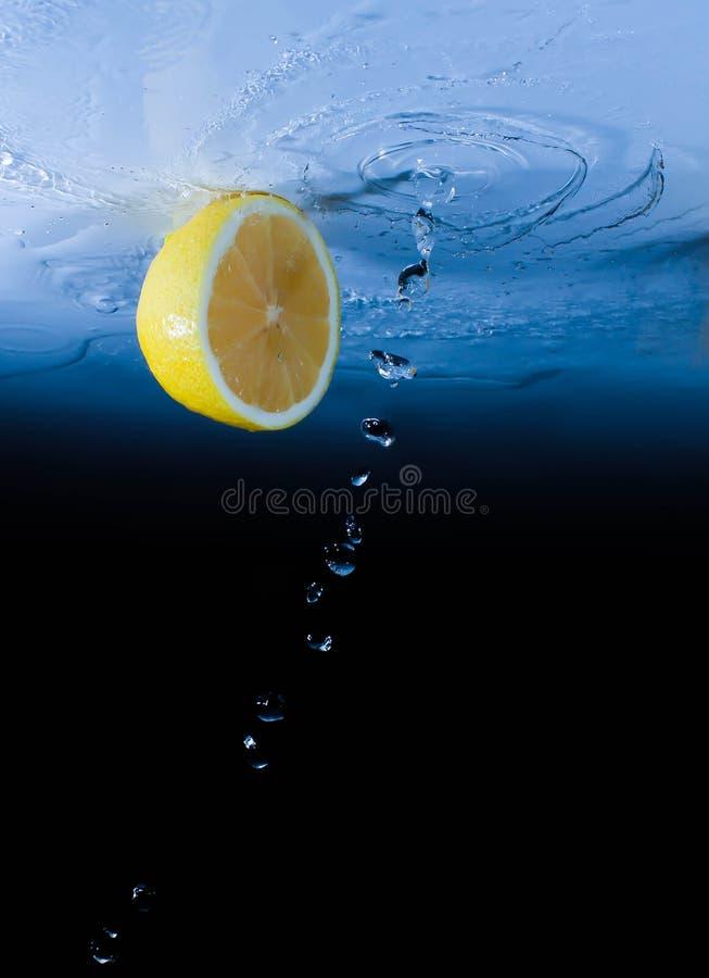 O grupo de limão fresco cortou na tabela dos vidros ao movimento imagens de stock