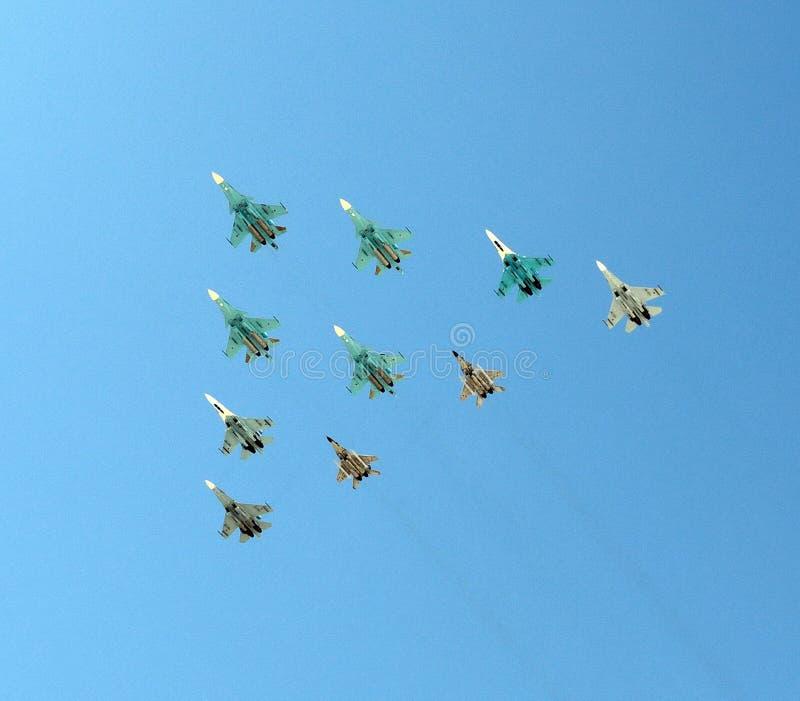 O grupo de lutadores e de bombardeiros nos céus sobre Moscou ² GoogleBing de и Ð do 'do  Ñ do ² Ð?Ñ de ПÐ?Ñ€Ð?Ð foto de stock royalty free