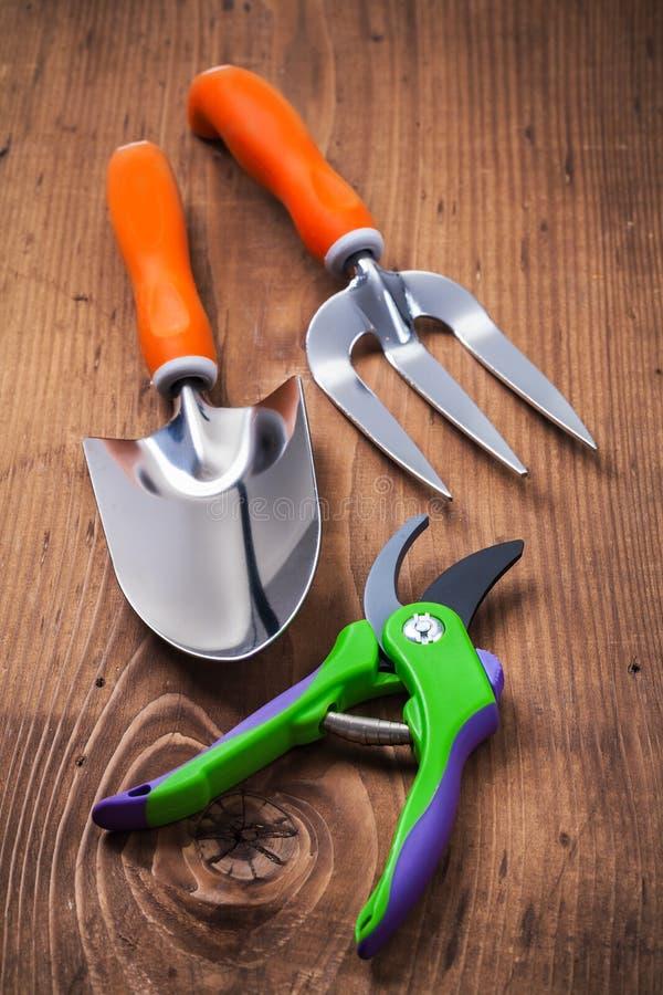 O grupo de mão de jardinagem utiliza ferramentas o secateur da forquilha da pá em placas de madeira foto de stock royalty free