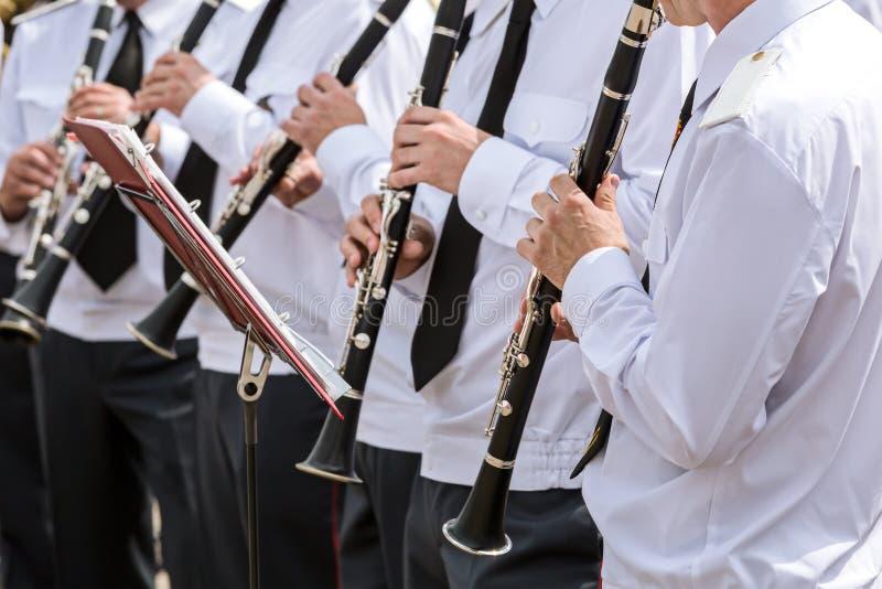 O grupo de músicos na orquestra das forças armadas joga clarinetes fotografia de stock royalty free