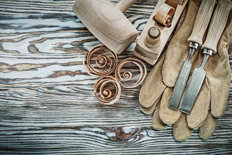 O grupo de martelo de madeira das luvas da segurança cinzela umas microplaquetas mais planas do planeamento fotos de stock royalty free