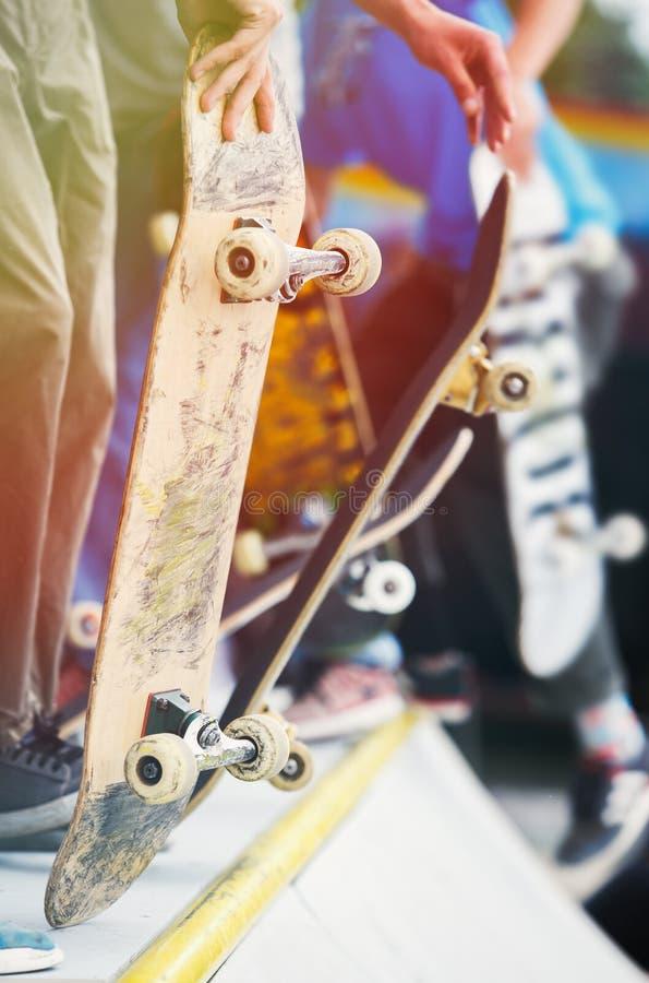 O grupo de meninos do skater compete na competição do patim exterior imagens de stock royalty free