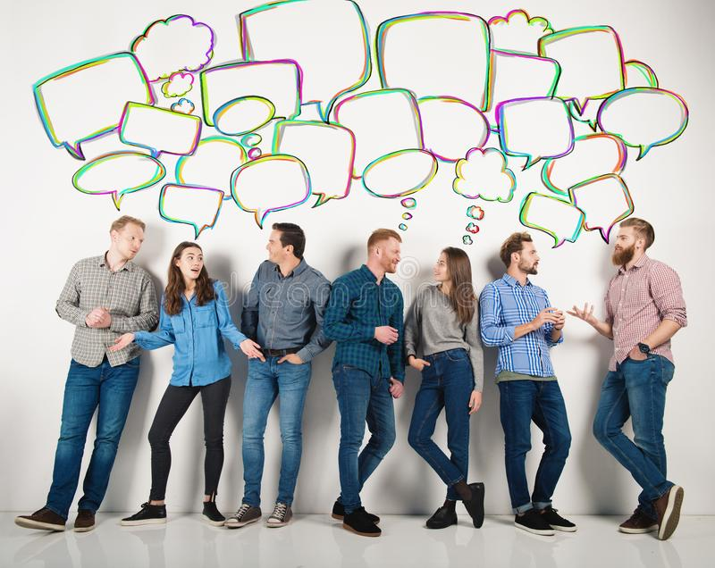 O grupo de meninos e as meninas falam a fala entre si Conceito de povos sociais fotografia de stock