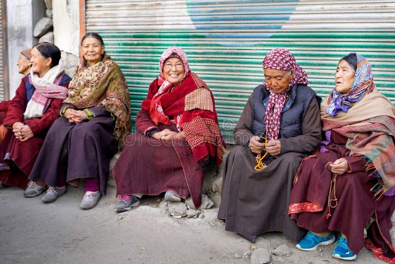 O grupo de mulher de Leh que senta-se na frente da entrada ao monastério imagem de stock royalty free