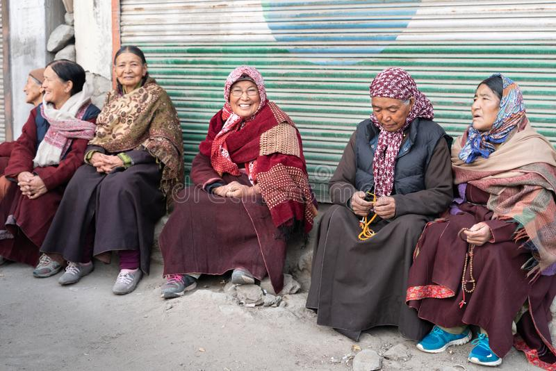 O grupo de mulher de Leh que senta-se na frente da entrada ao monastério fotos de stock royalty free