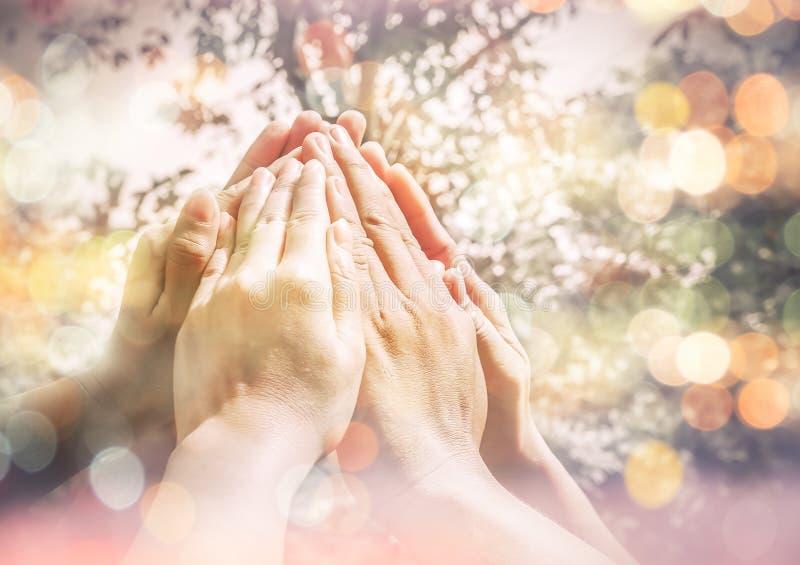O grupo de multi junto povos étnicos diversos faz as mãos altas, T imagem de stock royalty free