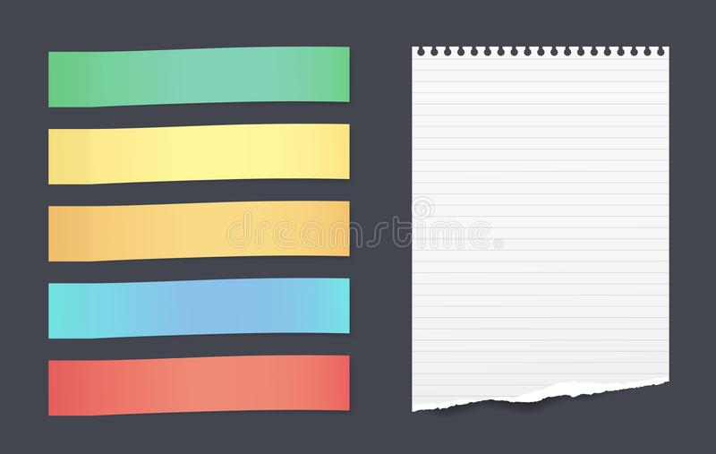 O grupo de notas pegajosas horizontais coloridas com a folha de papel alinhada rasgada para o texto colou no fundo preto ilustração do vetor