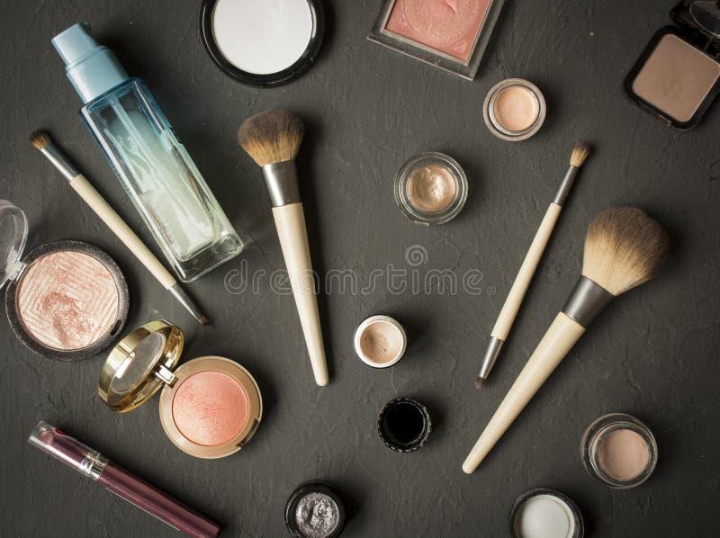 O grupo de p? cosm?tico decorativo, ocultador, escova da sombra para os olhos, cora, funda??o fotografia de stock