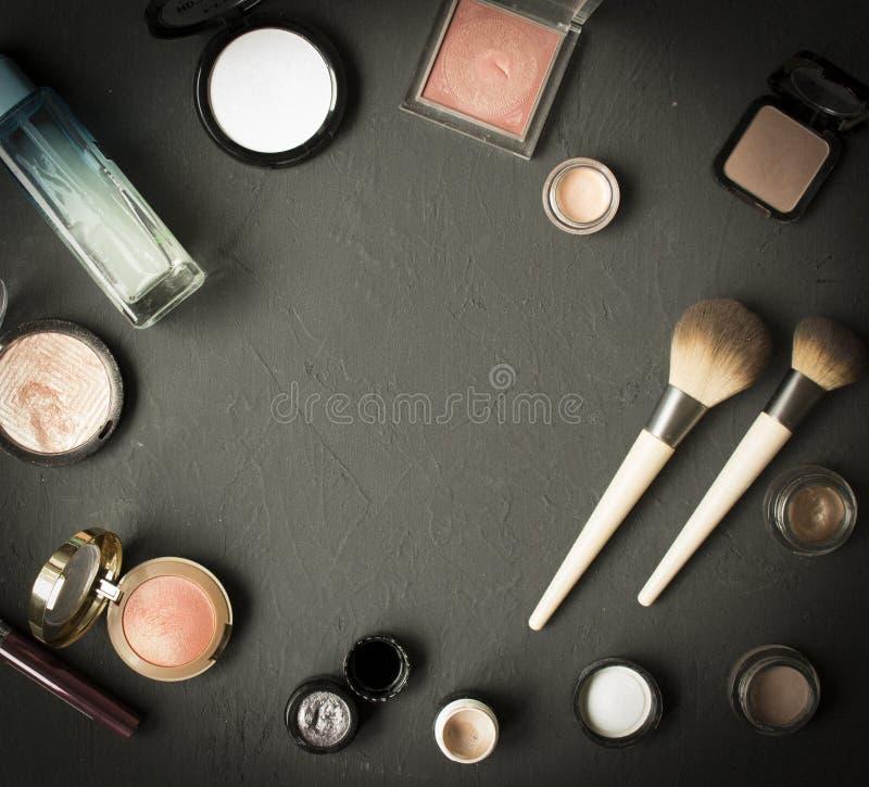 O grupo de p? cosm?tico decorativo, ocultador, escova da sombra para os olhos, cora, funda??o fotos de stock