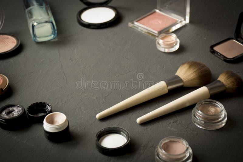 O grupo de p? cosm?tico decorativo, ocultador, escova da sombra para os olhos, cora, funda??o imagem de stock royalty free