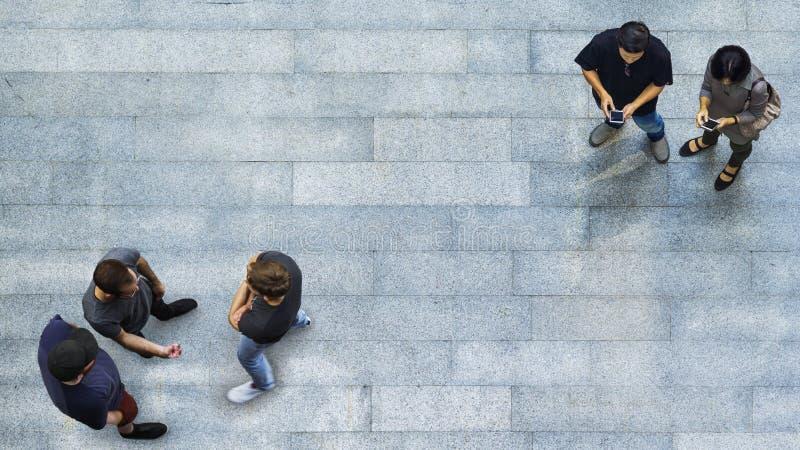 O grupo de pessoas da vista superior é de jogo e de fala com telefone imagem de stock royalty free