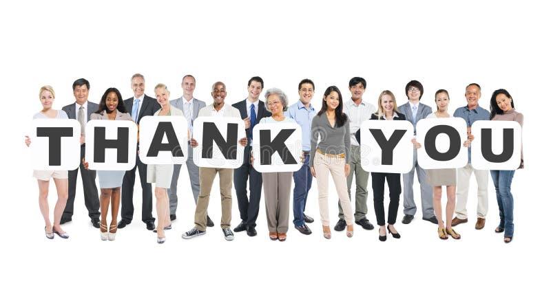 O grupo de pessoas Multi-étnico que guarda letras agradece-lhe imagem de stock