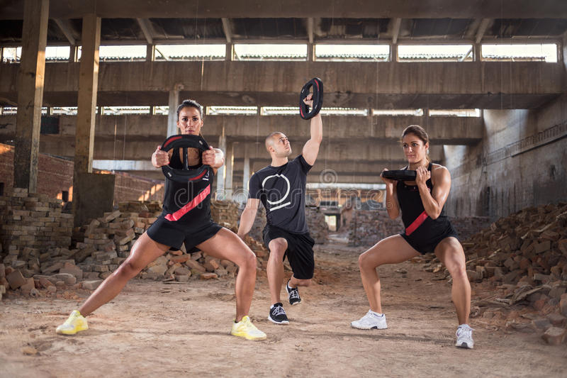 O grupo de pessoas tem o treinamento muscular fotos de stock royalty free