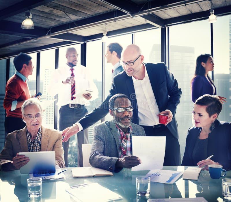 O grupo de pessoas tem uma reunião no escritório fotos de stock