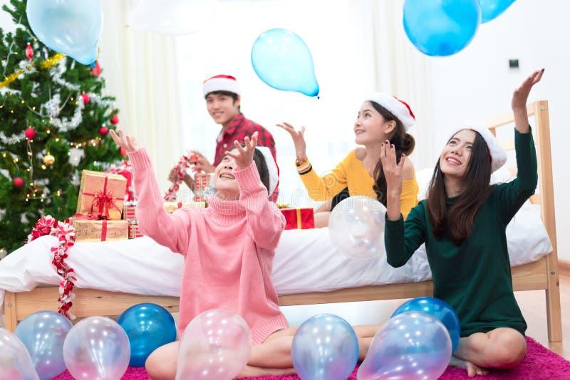 O grupo de povos asiáticos está jogando os balões para comemorar o Natal e o ano novo Feriado e conceito do partido imagens de stock royalty free