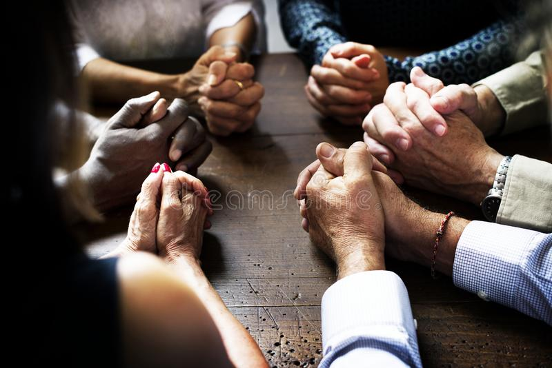 O grupo de povos cristãos está rezando junto imagens de stock