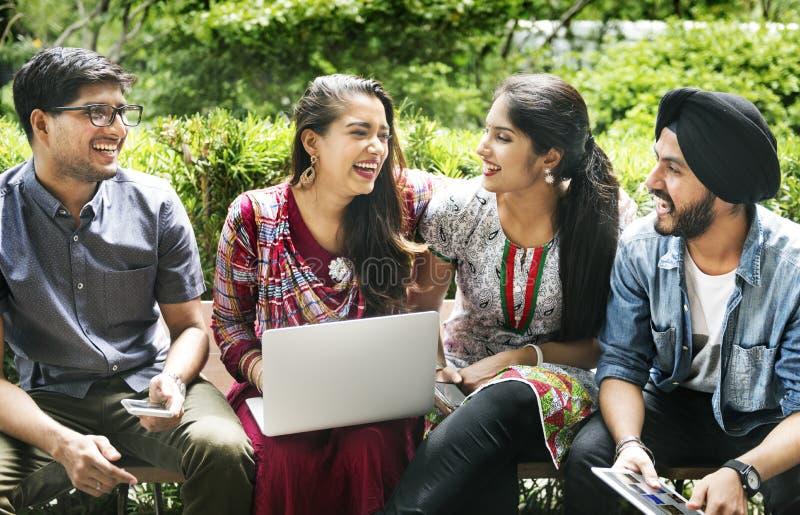 O grupo de povos indianos está usando o portátil do computador imagens de stock