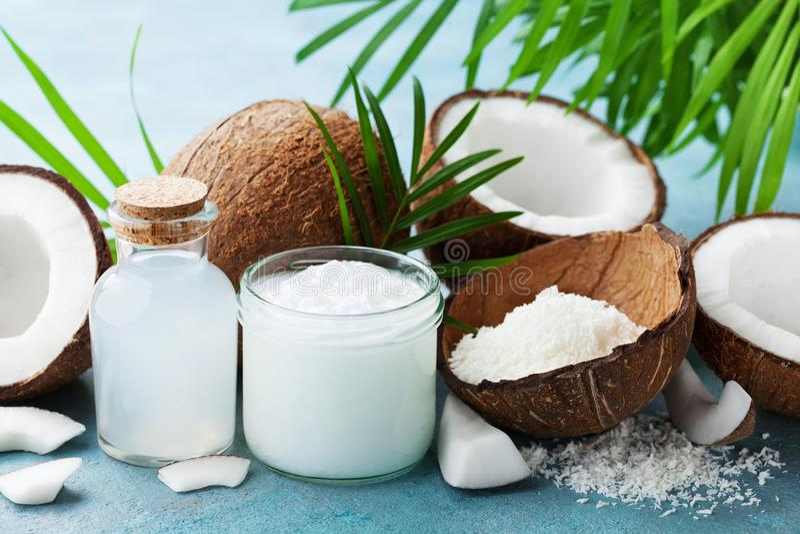 O grupo de produtos naturais do coco para o tratamento dos termas, o cosmético ou os ingredientes de alimento decorou folhas de p fotos de stock royalty free