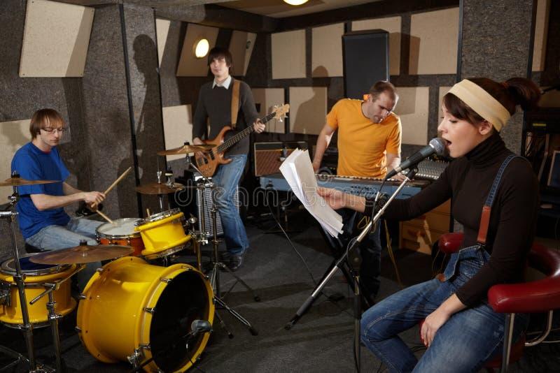 O grupo de rock está trabalhando no estúdio fotografia de stock