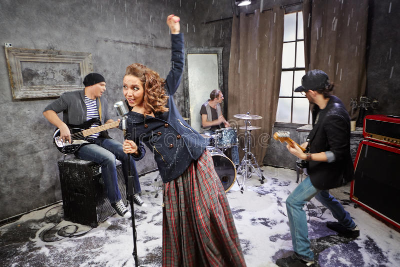 O grupo de rock executa durante o videoclip do tiro imagens de stock