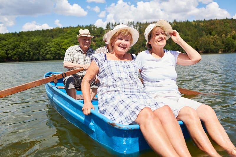 O grupo de sêniores faz a excursão no barco a remos foto de stock royalty free