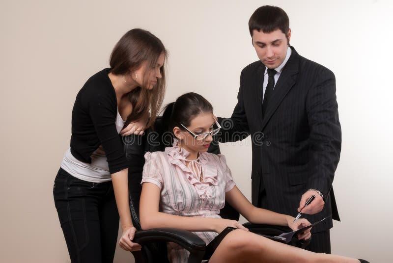 O grupo de sócios comerciais comunica-se no escritório fotos de stock royalty free