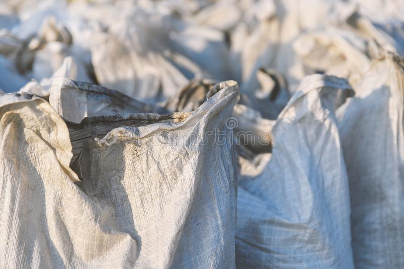 O grupo de sacos enchidos do polipropileno, a embalagem dos bens para o transporte e o armazenamento no armazém, plástico tecido  imagem de stock royalty free