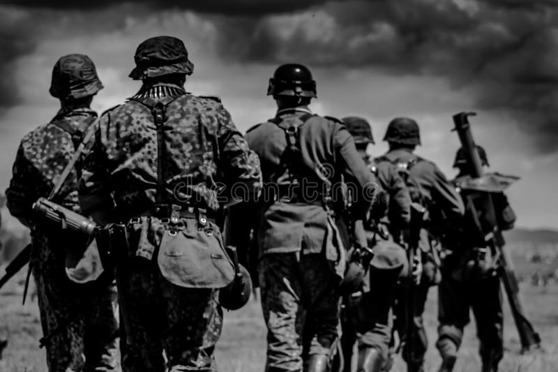 O grupo de soldados está marchando à batalha fotografia de stock royalty free