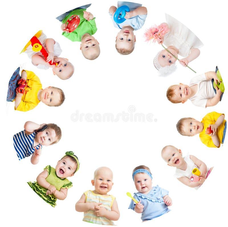 O grupo de sorriso caçoa a posição na aproximação no branco imagens de stock royalty free