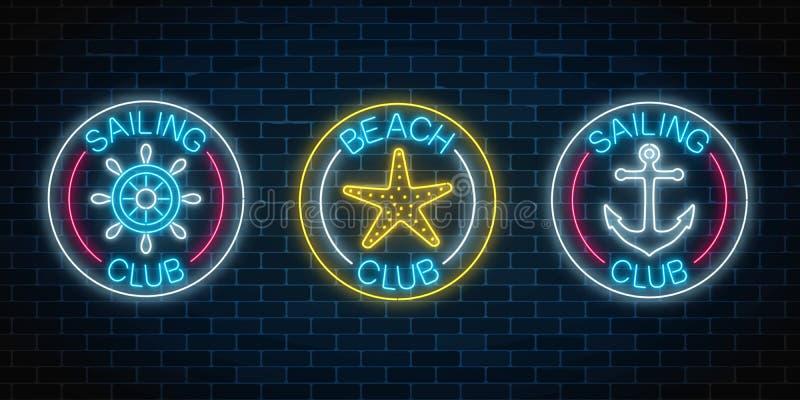 O grupo de três sinais de néon de incandescência do clube da navigação e a praia batem Emblema do clube do lazer do verão em quad ilustração stock