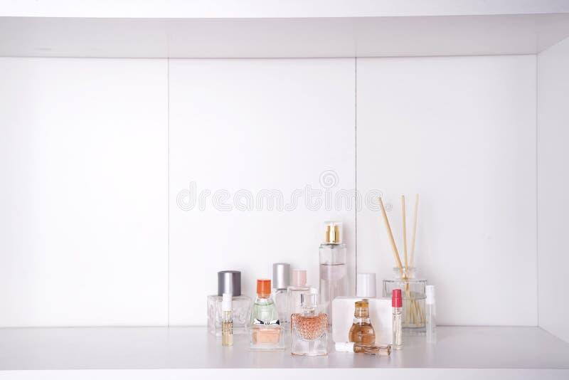 O grupo de vária mulher perfuma o fundo do branco do imagem de stock