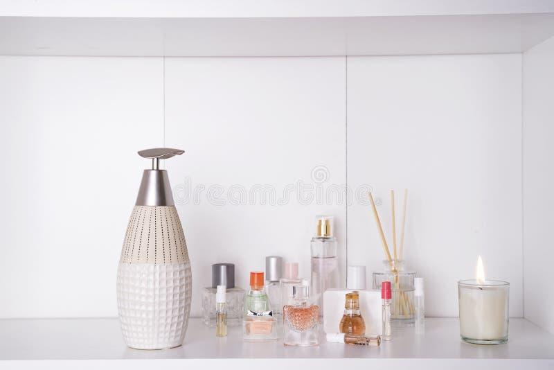 O grupo de vária mulher perfuma o fundo do branco do Jogo dos termas de Aromatherapy fotografia de stock