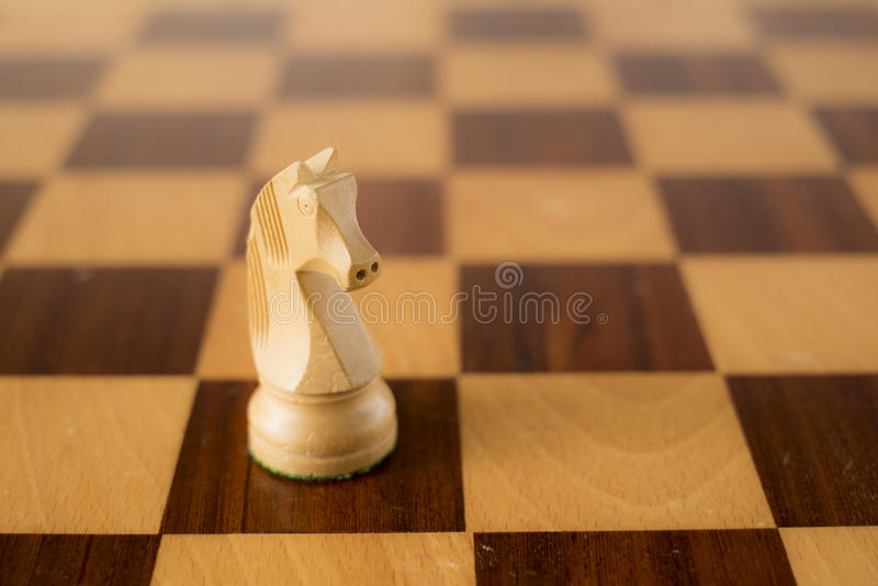 O grupo de xadrez de madeira, o cavalo branco/knight a bordo imagem de stock