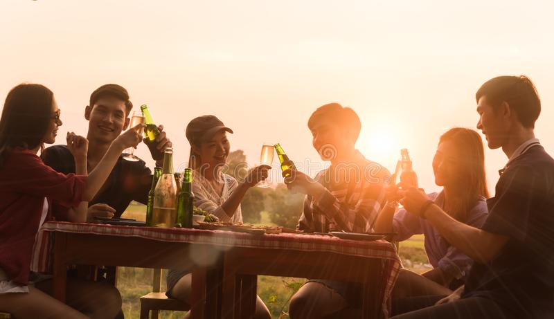 O grupo do adolescente 6 tem o partido de jantar que comemora no por do sol com fotos de stock royalty free