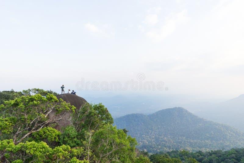 O grupo do advernturer trekked sobre a montanha com landsca imagem de stock