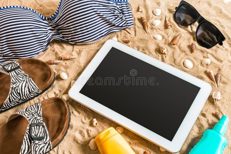 O grupo do biquini do verão e da praia dos acessórios equipamento do verão, do biquini à moda da praia e mar lixam como o fundo,  fotografia de stock