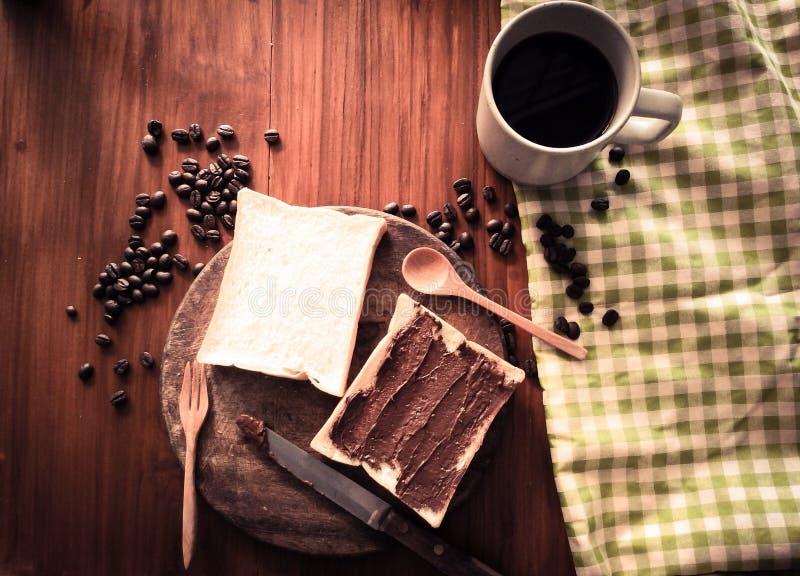 O grupo do café da manhã, chocolate do brinde do pão espalhou e manteiga de amendoim com café quente imagem de stock royalty free