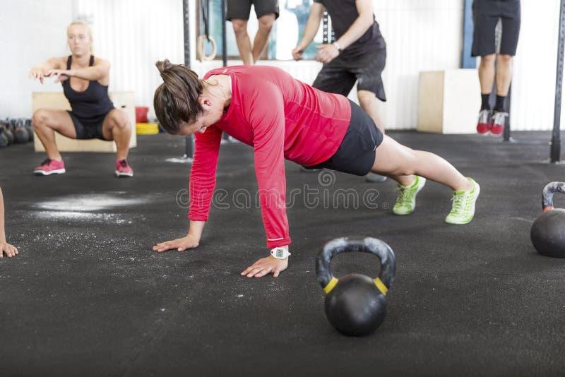 O grupo do exercício treina exercícios diferentes foto de stock