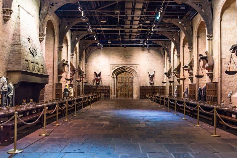 O grupo do grande salão como Hogwarts, LEAVESDEN, Reino Unido imagem de stock royalty free