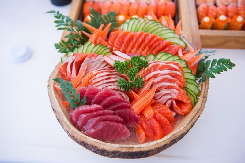 O grupo do Sashimi na bacia pronta para come imagem de stock