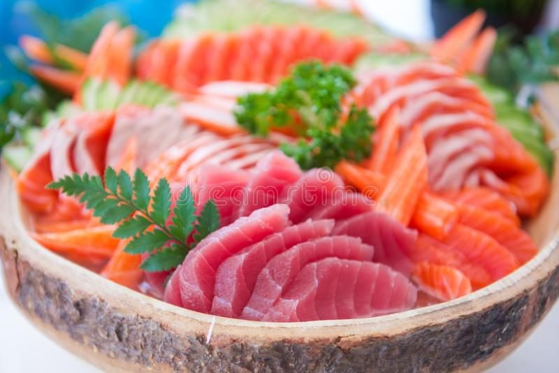 O grupo do Sashimi na bacia pronta para come imagens de stock royalty free