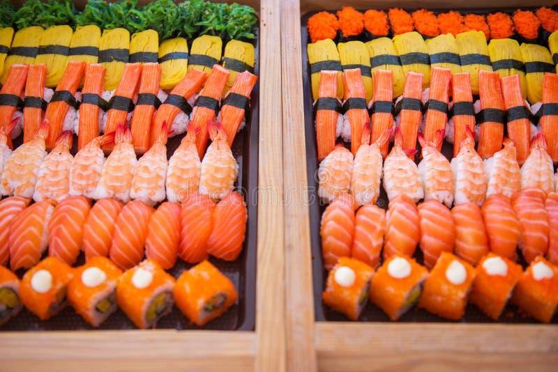 O grupo do sushi na bandeja pronta para come imagem de stock royalty free