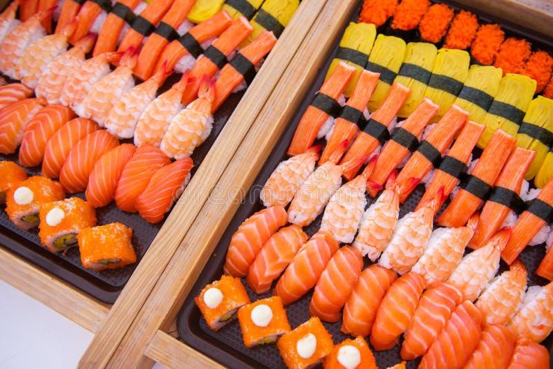 O grupo do sushi na bandeja pronta para come imagens de stock royalty free