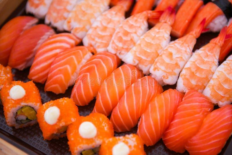 O grupo do sushi na bandeja pronta para come foto de stock