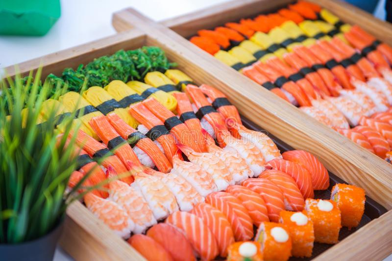 O grupo do sushi na bandeja pronta para come foto de stock royalty free